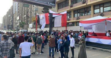 احتشاد المواطنين أمام مدرسة سيزا نبراوي بالتجمع للتصويت على تعديل الدستور