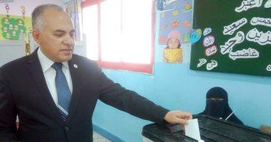 صور.. وزير الرى يدلى بصوته فى الاستفتاء بمدرسة القناة بزهراء المعادى