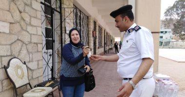 بالعصائر والمياه.. رجال الشرطة يستقبلون المشاركين باستفتاء الدستور
