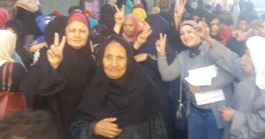 الشباب ينظمون مسيرة على أنغام الأغانى الوطنية أمام اللجان بالمرج