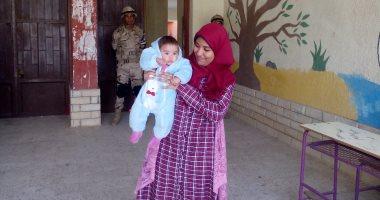 ليلى 4 أشهر أصغر طفلة تشارك فى الاستفتاء على الدستور فى 15 مايو