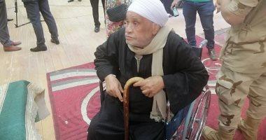 فيديو وصور.. مسن على كرسى متحرك يدلى بصوته بالاستفتاء على الدستور بسوهاج