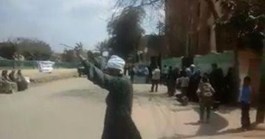 فيديو.. مواطن يرقص على الأغانى الوطنية بعد الإدلاء بصوته فى الاستفتاء بمنشأة القناطر