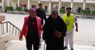 صور.. رئيسة لجنة بالمنوفية تساعد مسنة على كرسى متحرك لدخول اللجنة للتصويت