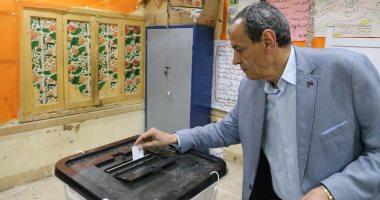 صور.. محافظ السويس يدلي بصوته علي تعديل الدستور بلجنة مدرسة محمد حافظ