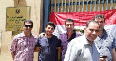 """المصريون بالسعودية يرفعون لافتات """"نعم للدستور"""" أثناء المشاركة فى الاستفتاء"""