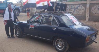 صور.. مواطن يزين سيارته بأعلام مصر ومكبرات صوتية لحث المواطنين على التصويت