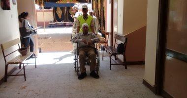 فيديو.. رجال الشرطة يساعدون كبار السن أمام لجان الاستفتاء على الدستور