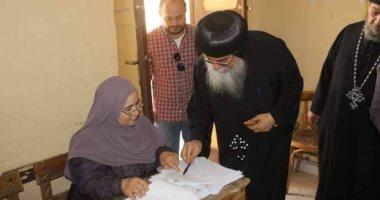 الأنبا مكاريوس أسقف المنيا وأبو قرقاص يدلى بصوته فى الاستفتاء على الدستور