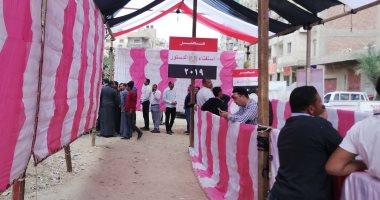 طوابير أمام لجان مدرسة المقطم الرسمية لغات للمشاركة فى الاستفتاء على الدستور