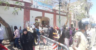 فيديو وصور.. محافظ أسيوط: إقبال كثيف الناخبين بالاستفتاء على تعديلات الدستور
