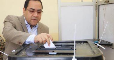 صور..رئيس جهاز التنظيم والإدارة يدلى بصوته فى الاستفتاء على تعديل الدستور