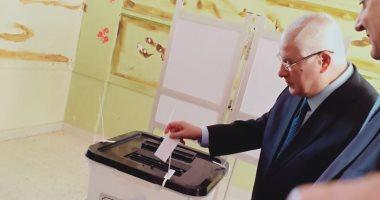 فيديو وصور.. عدلى منصور يدلى بصوته فى الاستفتاء على تعديل الدستور بـ6 أكتوبر