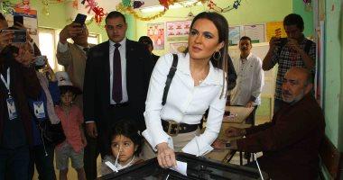 فيديو وصور.. وزيرة الاستثمار تدلى بصوتها بصحبة حفيدتها فى الاستفتاء بمصر الجديدة