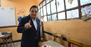 عبد الرحيم على يدلى بصوته بالاستفتاء وحملته تطوف الشوارع لحث المواطنين على المشاركة