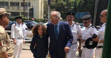 فيديو وصور.. ممدوح عباس يدلى بصوته فى الاستفتاء بالدقى مصطحبا حفيدته