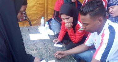 صور.. شباب يساعدون المواطنين لمعرفة لجان الاستفتاء بالزاوية الحمراء والويلى