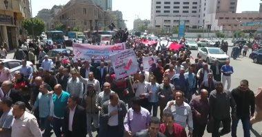 فيديو.. مسيرة حاشدة ترفع أطول علم لمصر فى شارع رمسيس للمشاركة فى الاستفتاء