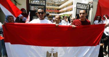 زوجة الشهيد عامر عبد المقصود تدلى بصوتها فى الاستفتاء على التعديلات الدستورية