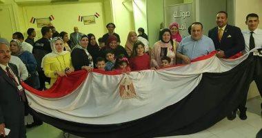 المصريون بالكويت يلتفون حول العلم المصرى خلال التصويت بالاستفتاء