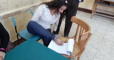 """صور.. """"بركة"""" بدون ذراعين تدلى بصوتها بالاستفتاء بقدمها: قلت نعم لأجل مصر"""