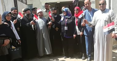 الشيخ والقسيس يدلون بأصواتهم سويا فى الاستفتاء على الدستور بالشرقية