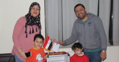 صور.. آخر أسرة مصرية أدلت بصوتها على تعديلات الدستور فى سفارة مصر بالصين
