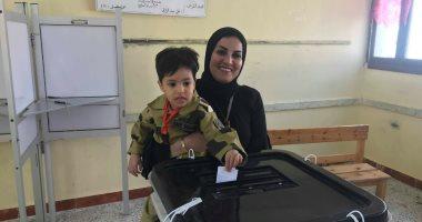 صور.. أسرة الشهيد عمرو وهيب بطل الصاعقة تشارك فى الاستفتاء بالإسماعيلية