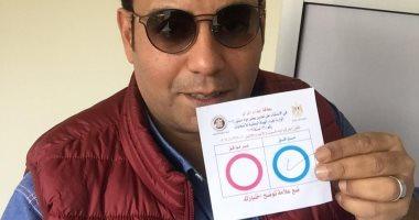 """صور.. خالد لطيف يشارك فى الإستفتاء ويصوت بـ""""نعم"""" على التعديلات الدستورية"""