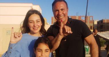 صور.. أيمن يونس يدلى بصوته فى استفتاء التعديلات الدستورية بصحبة زوجته