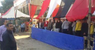 احتشاد عشرات المواطنين أمام لجان الفسطاط بمصر القديمة بثانى أيام الاستفتاء