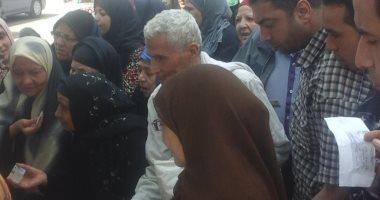 فيديو و صور.. احتشاد المواطنين أمام لجان الاستفتاء ومواطن يرقص بعلم مصر بإمبابة