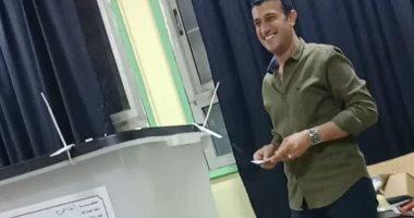 طارق الخولى يدلى بصوته فى الاستفتاء ويؤكد أهمية مشاركة الشباب