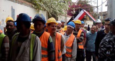 صور.. بالخوذة والسترة.. طابور عمال يدلى بصوته فى الاستفتاء بمصر الجديدة