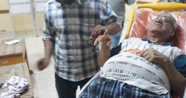 """صور.. """"الإسعاف"""" تنقل مريضا بالقلب للإدلاء بصوته فى الاستفتاء بأسوان"""