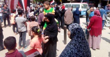 """صور.. احتفالات المواطنين على أنغام """"تسلم الأيادى"""" بالمرج ثالث أيام الاستفتاء"""