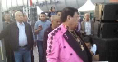 فيديو وصور.. شعبان عبدالرحيم يحث العاملين والمغتربين بالمطار على المشاركة بالاستفتاء