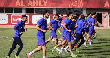 صور.. الجدية والإصرار يظهران على لاعبى الأهلى قبل مواجهة المصرى