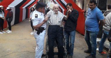 """فيديو وصور.. """"عم أحمد"""" يتحدى ظروفه الصحية ويصر على المشاركة فى الاستفتاء"""