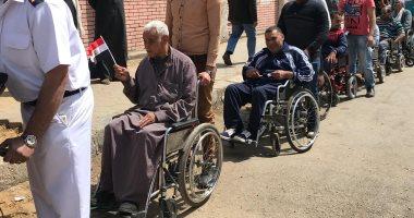 فيديو.. مع مصر لأخر العمر..  مواطنون على كراسى متحركة أمام لجان الاستفتاء بالقاهرة
