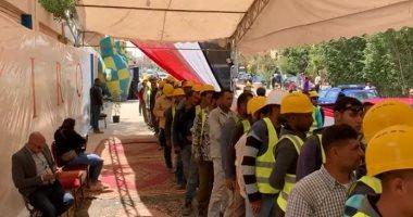 فيديو وصور.. الأيدى الشقيانة..طابور للعمال للإدلاء بأصواتهم بلجان الوافدين