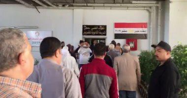 فيديو ..حشود ضخمة من المواطنين أمام لجان الاستفتاء بشركة الأدوية بمعهد ناصر