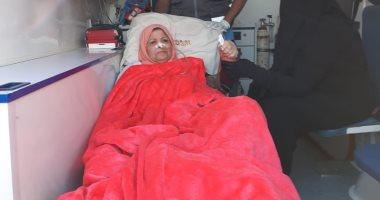 سيدة ستينية تدلى بصوتها بالاستفتاء من سيارة إسعاف بالعاشر من رمضان