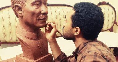 صور.. طالب بجامعة أسيوط يصمم تمثالا لمحمد أنور السادات بذكرى تحرير سيناء