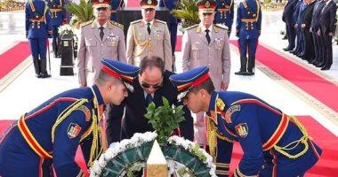 السيسي يضع إكليلا من الزهور على نصب الجندى المجهول فى ذكرى تحرير سيناء