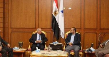 رئيس جامعة كفر الشيخ يبحث ضوابط المنح الدراسية لطلاب البحث العلمي