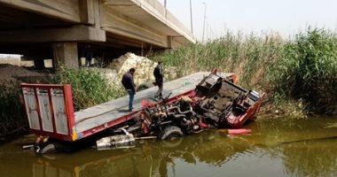 قوات الحماية المدنية تنقذ شخصين بعد سقوط سيارتهم فى ملاحات الإسكندرية..صور