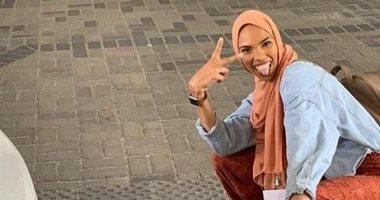 شابة مسلمة تتحدى متظاهرين مناهضين لعقيدتها فى واشنطن