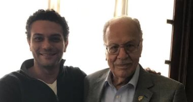 زى كل سنة.. آسر ياسين يحتفل بالانتصارات الوطنية بصورة مع جده
