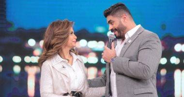 """خالد سليم يتحدى زوجته ويقدم أشهر أغنياته بـ""""معكم"""" مع منى الشاذلى"""